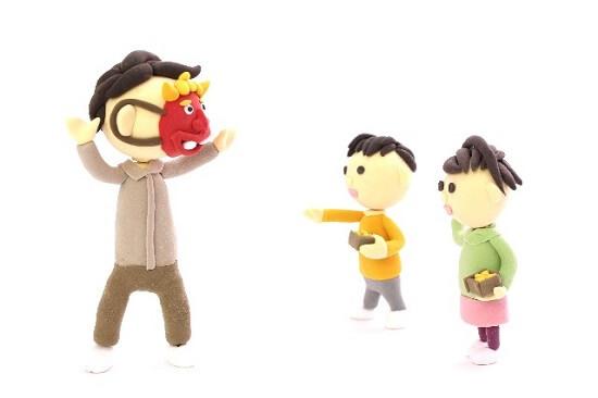 鬼に豆をぶつける子ども