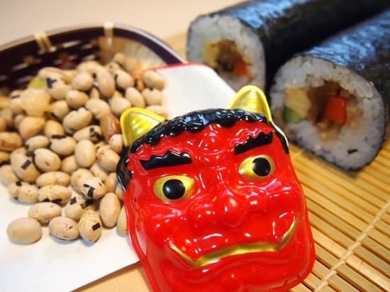 赤鬼の面と豆と恵方巻